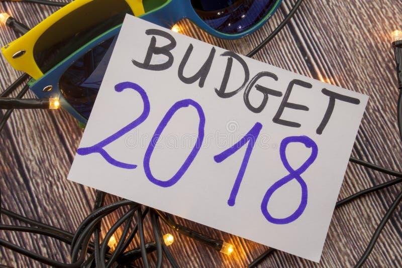 Zusammenfassung mit 2018 Budgets in der Weinlesebriefbeschwerer-Holzart stockfotografie