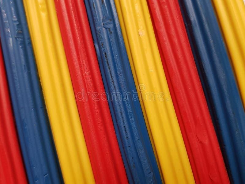 Zusammenfassung mit Plasticinestangen in der blauen, gelben und roten Farbe, im Hintergrund und in der Beschaffenheit stockbild