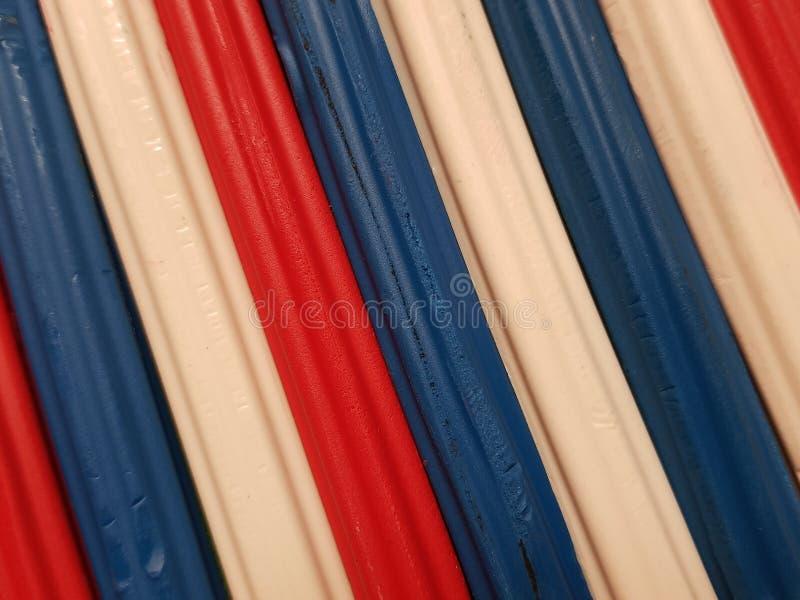 Zusammenfassung mit Plasticinestangen in der blauen, weißen und roten Farbe, im Hintergrund und in der Beschaffenheit lizenzfreies stockbild
