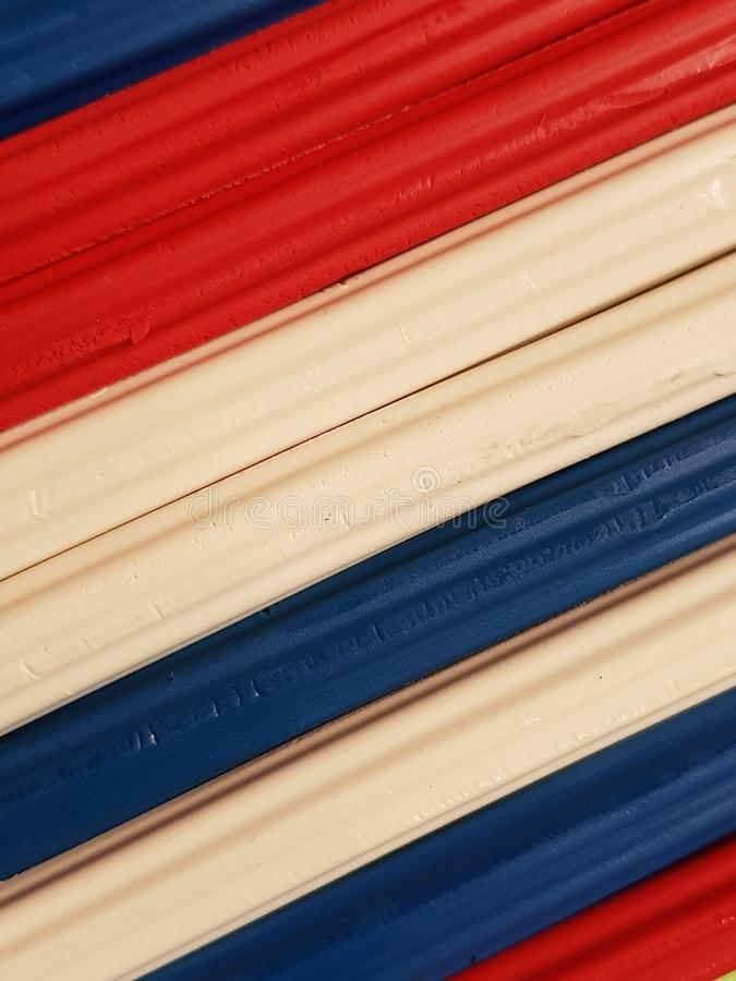 Zusammenfassung mit Plasticinestangen in der blauen, weißen und roten Farbe, im Hintergrund und in der Beschaffenheit stockfoto