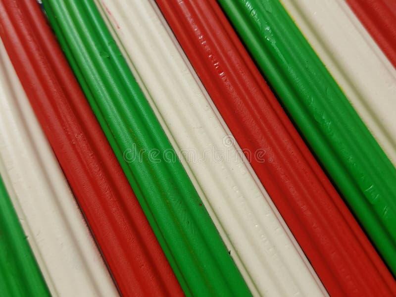 Zusammenfassung mit Plasticinestangen in der grünen, weißen und roten Farbe, im Hintergrund und in der Beschaffenheit lizenzfreie stockfotografie