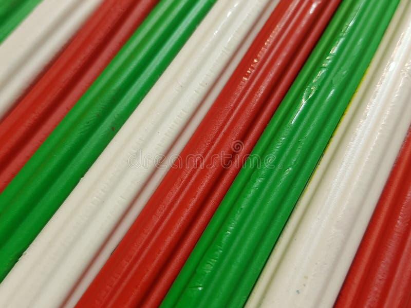 Zusammenfassung mit Plasticinestangen in der grünen, weißen und roten Farbe, im Hintergrund und in der Beschaffenheit stockfoto