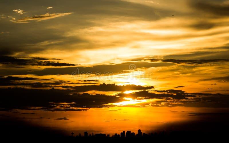 Zusammenfassung silhouettiert Sonnenuntergang in der Stadt stockbild