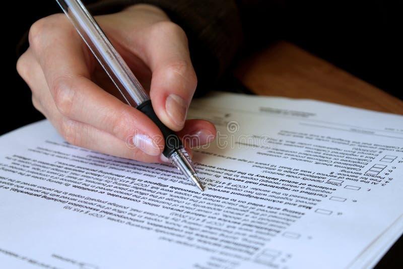 Zusammenfassung und zugelassenen Vertrag ergänzen stockfoto