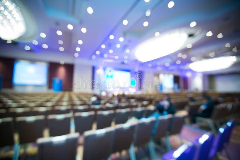 Zusammenfassung unscharfes Foto des Konferenzsaales stockfotografie