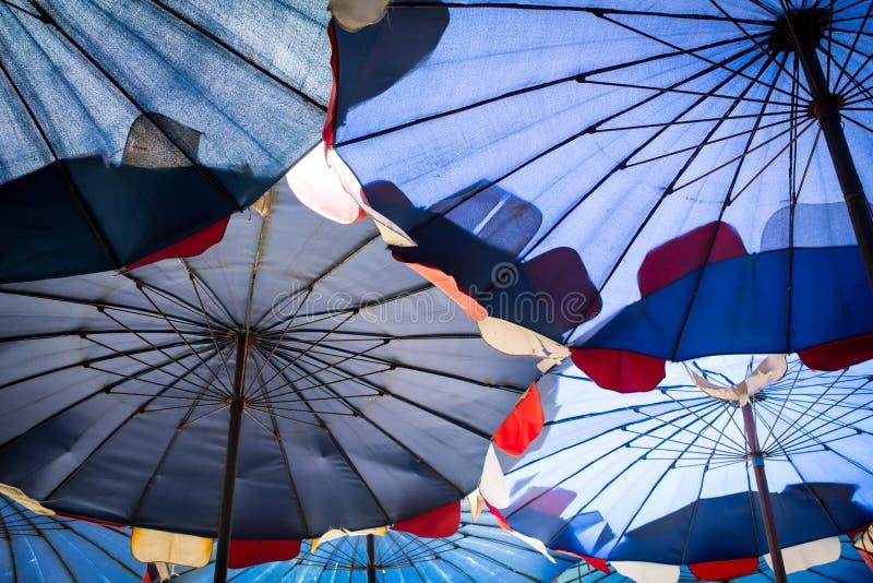 Zusammenfassung unter großem Regenschirm stockfotografie