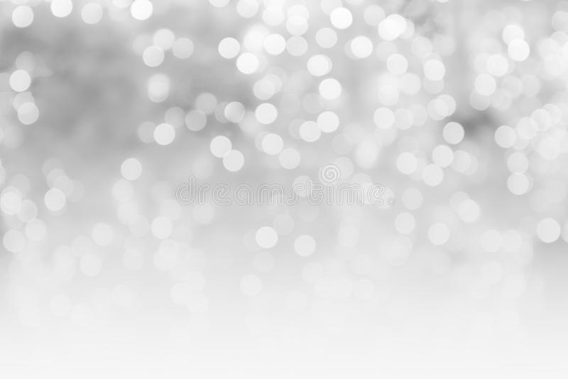 Zusammenfassung verwischte glänzende unscharfe Lichter des grauen und weißen bokeh Hintergrundkonzeptkopien-Raumes, Weihnachtshin lizenzfreie stockfotos