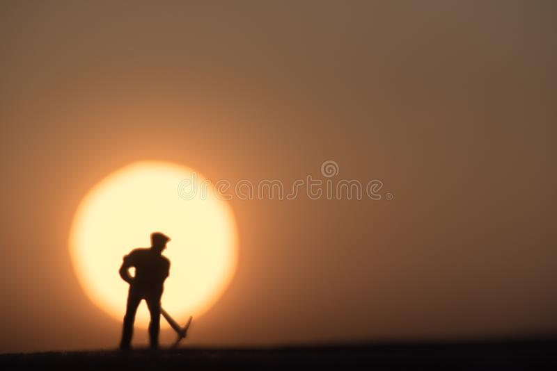 Zusammenfassung, vorbildliche Leute des Schattenbildes, die auf Himmelsonnenunterganghintergrund gewinnen stockfoto