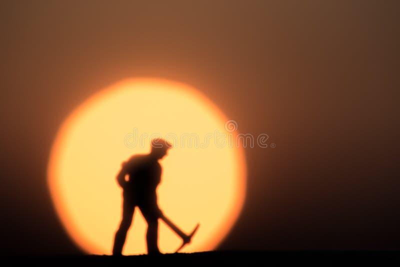 Zusammenfassung, vorbildliche Leute des Schattenbildes, die auf Himmelsonnenunterganghintergrund gewinnen lizenzfreie stockfotos