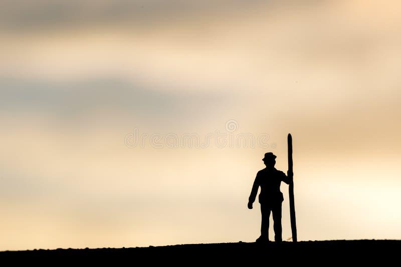 Zusammenfassung, vorbildliche Leute des Schattenbildes, die auf Himmelsonnenunterganghintergrund gewinnen lizenzfreie stockbilder