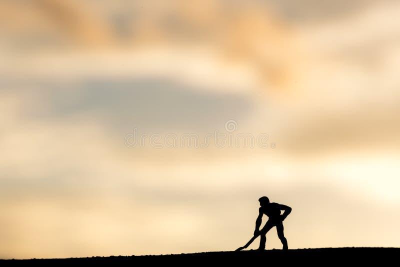 Zusammenfassung, vorbildliche Leute des Schattenbildes, die auf Himmelsonnenunterganghintergrund gewinnen stockbild