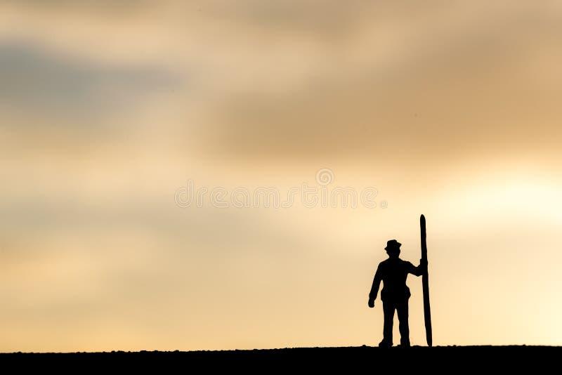Zusammenfassung, vorbildliche Leute des Schattenbildes, die auf Himmelsonnenunterganghintergrund gewinnen stockfotografie