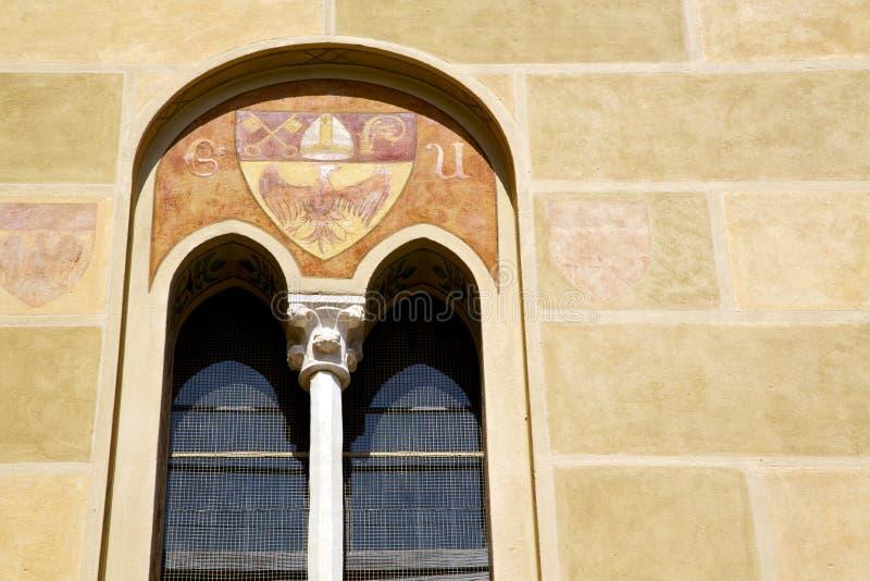 Zusammenfassungsfenstermonument-Kirchenmosaik Tradate Italien im Schrei lizenzfreie stockfotos