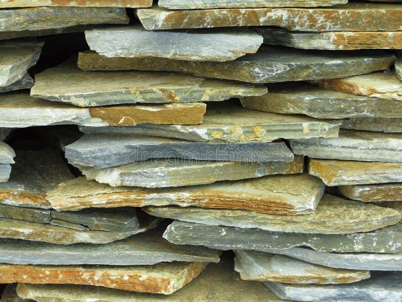 Zusammenfassungsweinlese-alter abgebrochener Steinwandhintergrund stockbilder