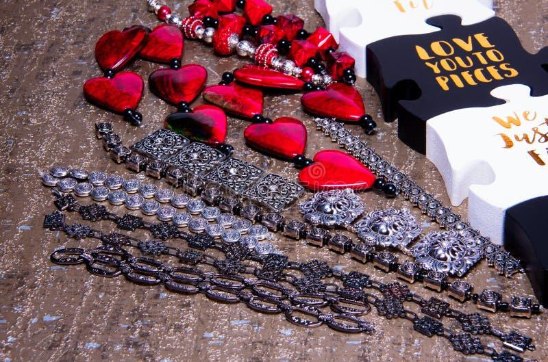 Zusammengebaute Perlen und Ketten in der kurzen Armbandlänge auf goldenem Hintergrund lizenzfreie stockfotos