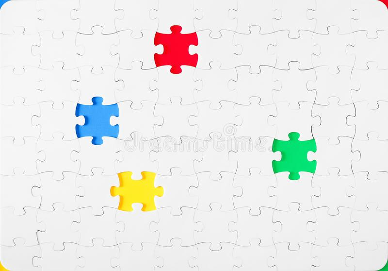 Zusammengebaute Puzzlespiele mit Draufsicht des Farbeinsatzinneres lizenzfreie stockbilder