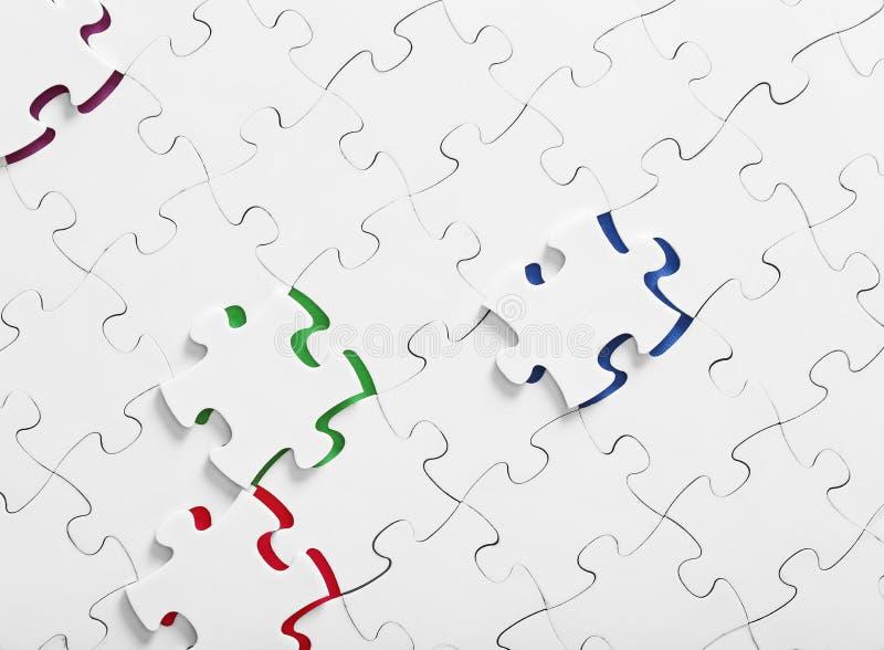 Zusammengebaute Puzzlespiele mit Draufsicht des Farbeinsatzinneres vektor abbildung
