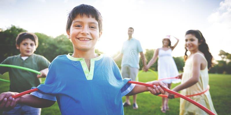 Zusammengehörigkeits-Konzept Hula Hooping der ganzen Familie draußen lizenzfreies stockbild