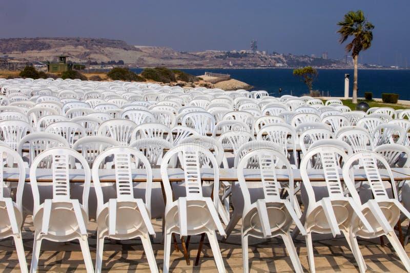 Zusammengesetzte Plastikstühle nach der Show Zypern lizenzfreie stockfotos