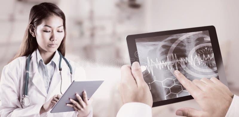 Zusammengesetztes Bild asiatischen Doktors, der Tablette verwendet lizenzfreie stockfotos