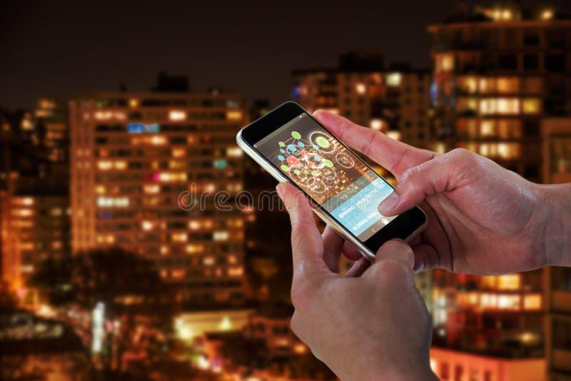 Zusammengesetztes Bild 3d der Nahaufnahme des Mannes intelligentes Telefon halten lizenzfreie stockfotografie
