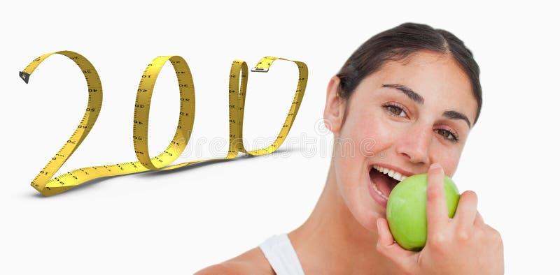 zusammengesetztes Bild 3D des Abschlusses herauf einen Brunette, der einen grünen Apfel isst lizenzfreie stockfotos
