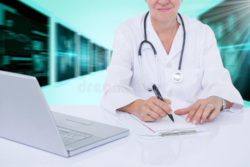 Zusammengesetztes Bild 3d des Mittelteils der Ärztinschreibensverordnung am Schreibtisch lizenzfreies stockfoto