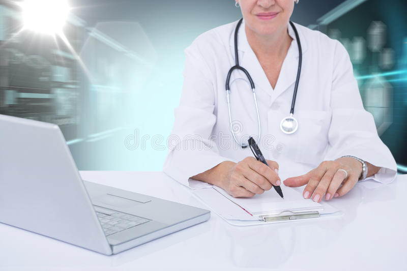 Zusammengesetztes Bild 3d des Mittelteils der weiblichen docotor Schreibensverordnung am Schreibtisch lizenzfreies stockfoto