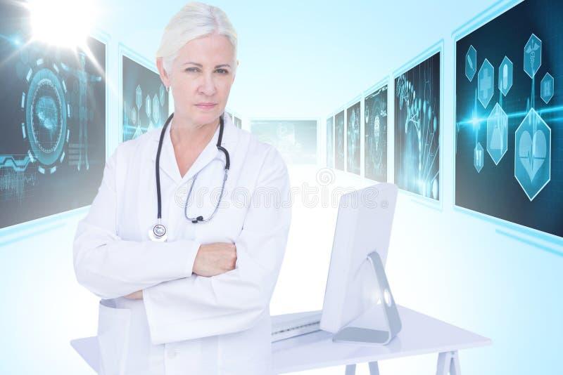 Zusammengesetztes Bild 3d des Porträts des bereitstehenden Schreibtisches der überzeugten Ärztin lizenzfreie stockfotos