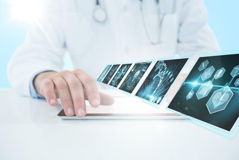 Zusammengesetztes Bild 3d von Doktor, der digitale Tablette gegen weißen Hintergrund verwendet lizenzfreies stockfoto