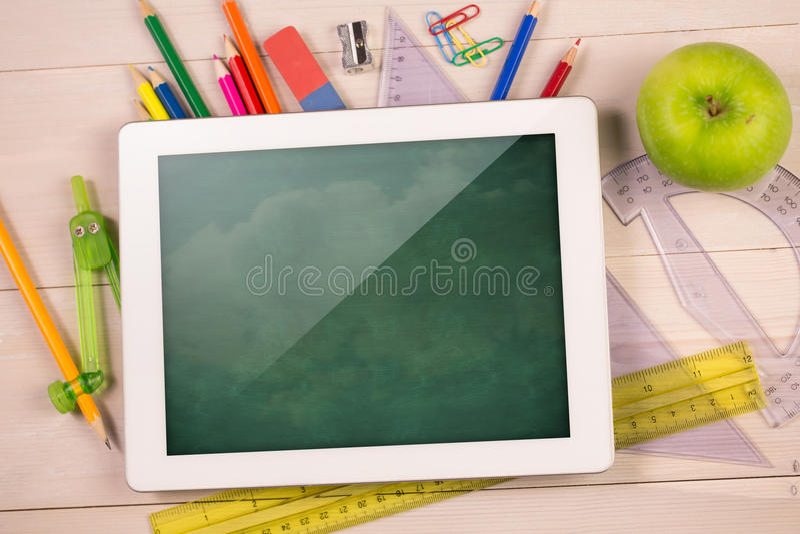 Zusammengesetztes Bild der digitalen Tablette auf Studentenschreibtisch lizenzfreie abbildung