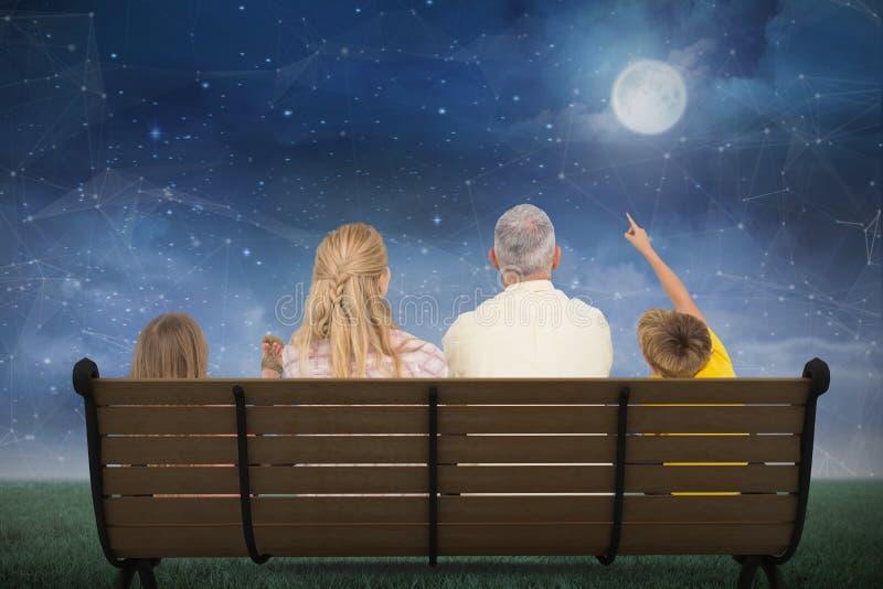 Zusammengesetztes Bild der Familie den Mond aufpassend lizenzfreie abbildung