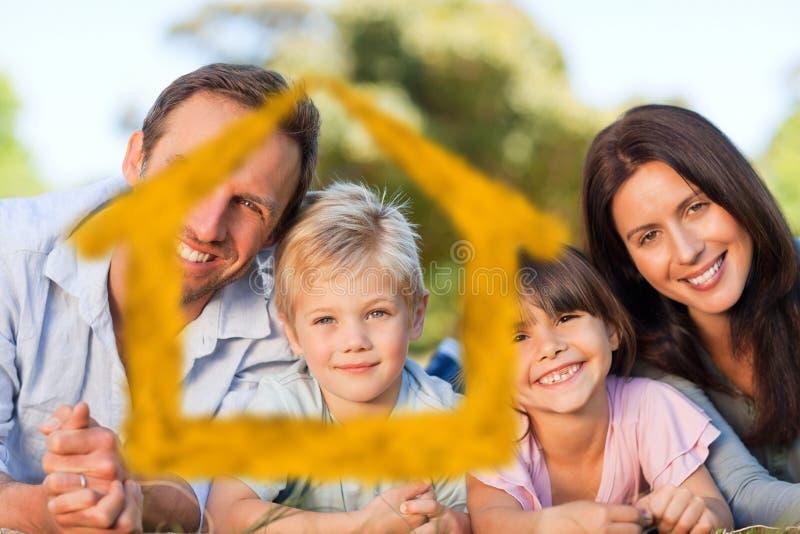 Zusammengesetztes Bild der Familie hinlegend im Park lizenzfreie abbildung