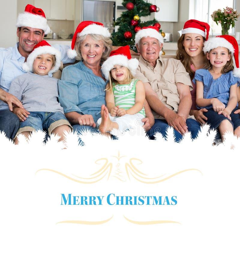 Zusammengesetztes Bild der Familie in Sankt-Hüten Weihnachten feiernd stockbilder