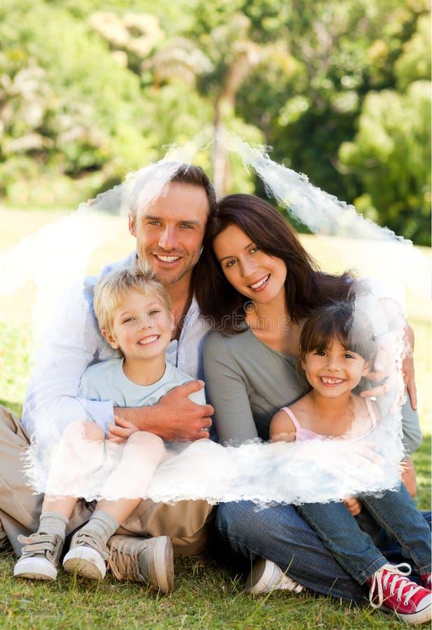 Zusammengesetztes Bild der Familie sitzend im Park lizenzfreie abbildung