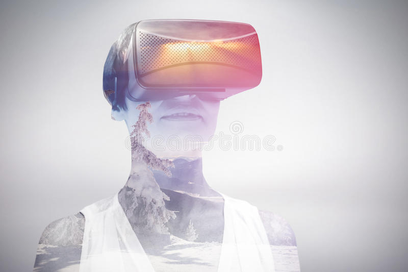 Zusammengesetztes Bild der Frau schwarze Simulatorgläser der virtuellen Realität tragend stockfoto