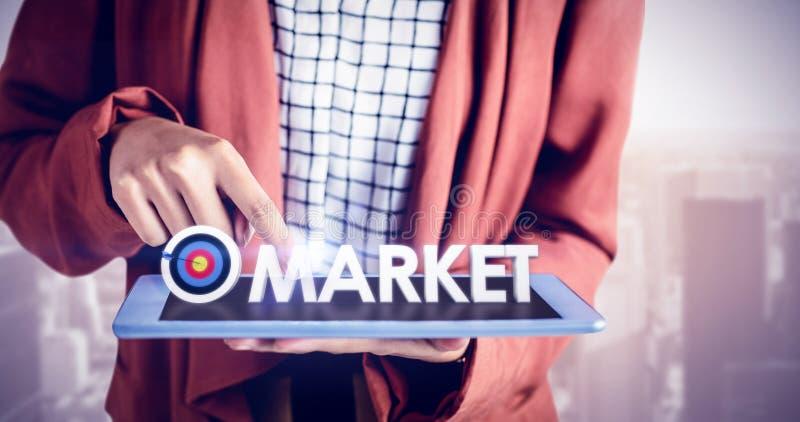 Zusammengesetztes Bild der Geschäftsfrau, die eine Tablette verwendet stockbilder