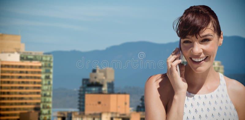 Zusammengesetztes Bild der Geschäftsfrau, die Handy verwendet lizenzfreies stockfoto