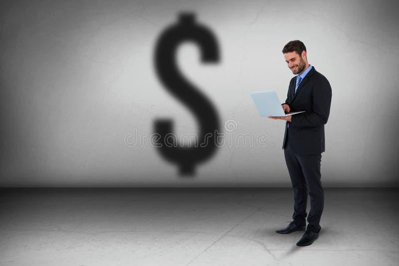 Zusammengesetztes Bild der Geschäftsmannstellung bei der Anwendung der Laptop-Computers stockfotos