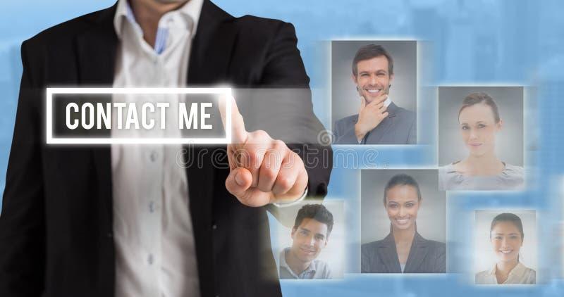 Zusammengesetztes Bild der Geschäftsmannstellung und -c$zeigens lizenzfreie stockfotografie