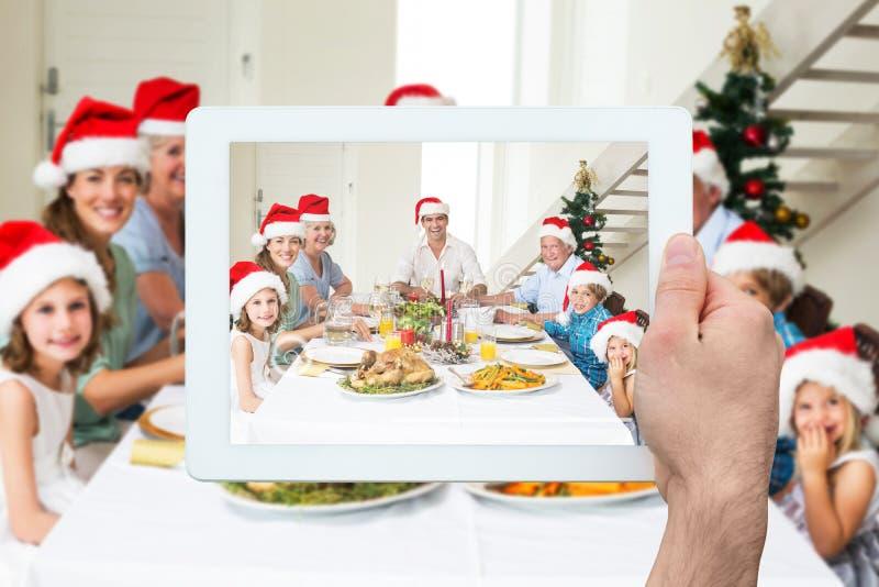 Zusammengesetztes Bild der Hand Tabletten-PC halten lizenzfreie stockbilder