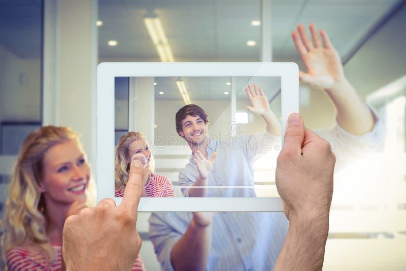 Zusammengesetztes Bild der Hand Tabletten-PC halten lizenzfreies stockfoto