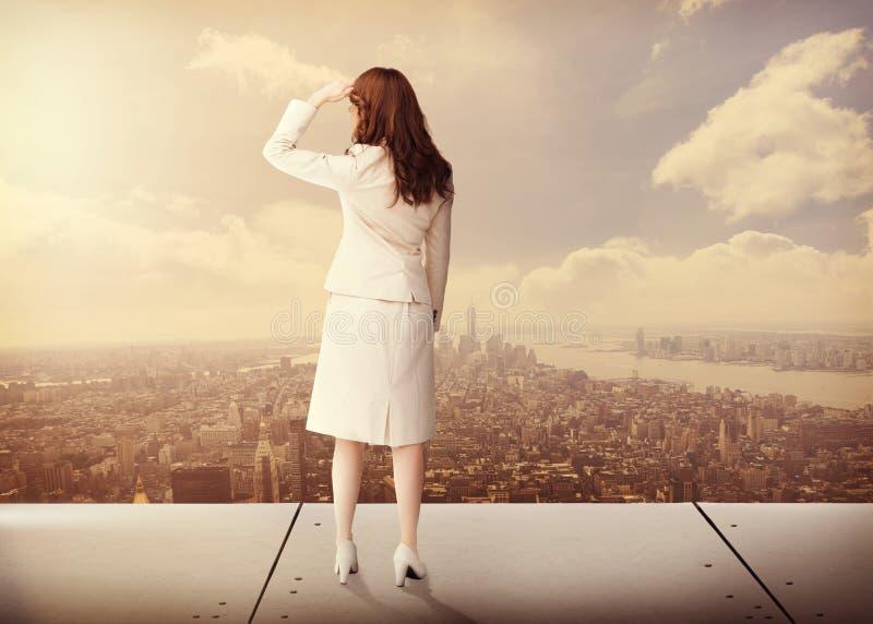Zusammengesetztes Bild der hinteren Ansicht der Geschäftsfrau stockfoto