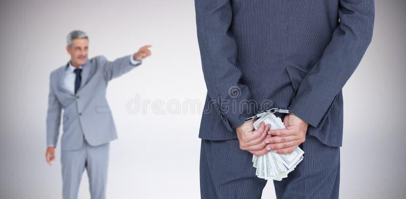 Zusammengesetztes Bild der hinteren Ansicht des Geschäftsmannes mit der Handschelle und den Banknoten lizenzfreies stockfoto