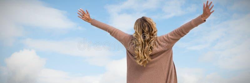 Zusammengesetztes Bild der hinteren Ansicht eines Frauenausdehnens lizenzfreies stockbild