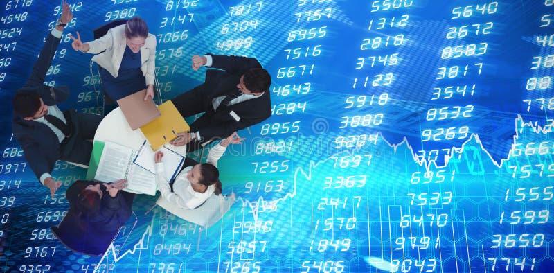 Zusammengesetztes Bild der hohen Winkelsicht der besprechenden Geschäftsleute beim Sitzen gegen whitebackgrou stockbilder