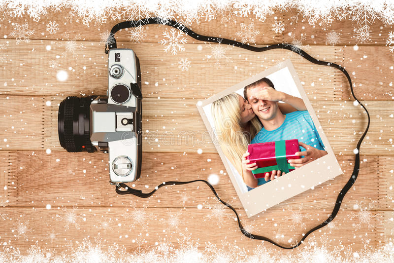 Zusammengesetztes Bild der jungen Frau ein Geschenk gebend ihrem Ehemann stockfotografie