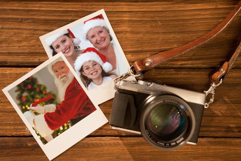 Zusammengesetztes Bild der lächelnden Weihnachtsmann-Schreibensliste stockfotos