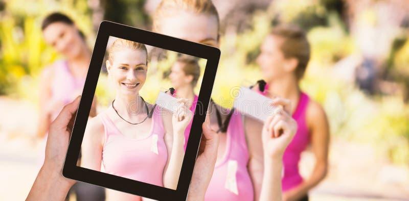 Zusammengesetztes Bild der Nahaufnahme der Hände, die digitale Tablette halten stockfotos