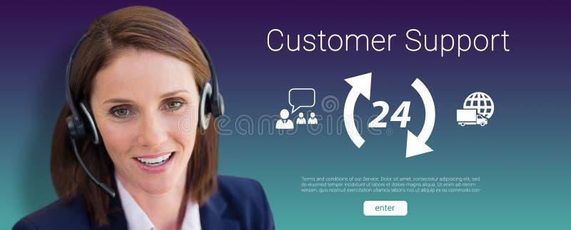 Zusammengesetztes Bild der Nahaufnahme der lächelnden Frau sprechend auf Mikrofonkopfhörer stockbild